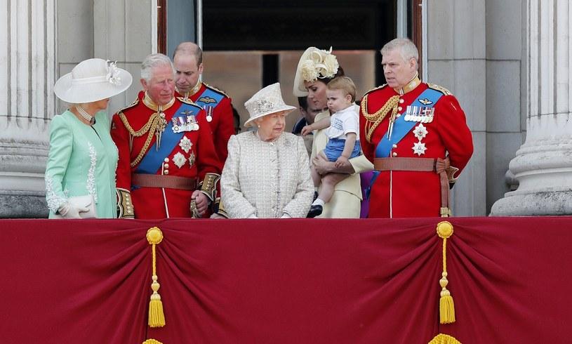 Kate i William z małym Louisem i innymi członkami rodziny /Frank Augstein /East News