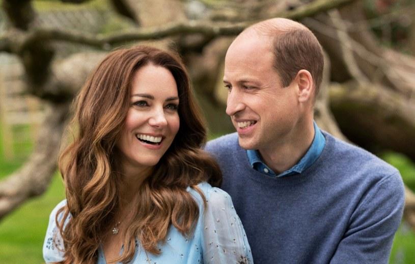 Kate Middleton i książę William podczas sesji zdjęciowej przed Kensington Palace z okazji 10. rocznicy ślubu /Chris Floyd/Camera Press/Shutterstock /East News