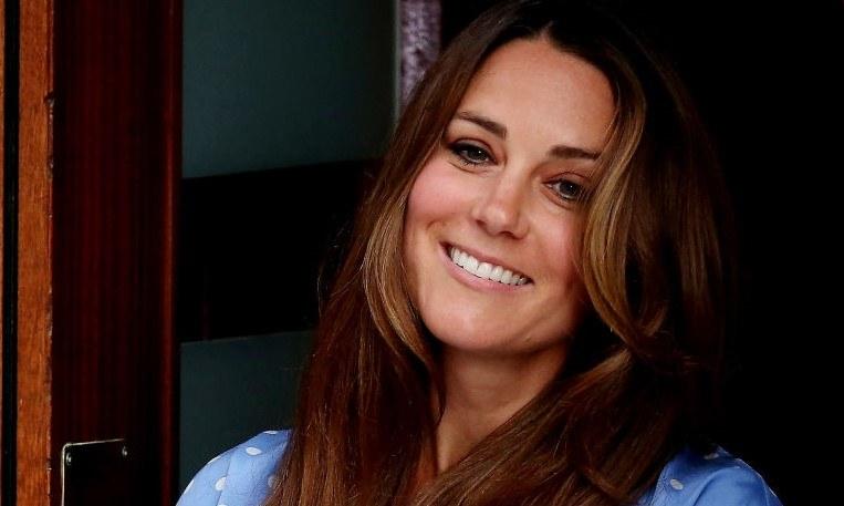 Kate Middleton po narodzinach księcia George'a pokazała się w pięknej błękitnej sukience w kropki / Scott Heavey / Staff /Getty Images