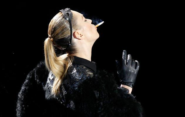 Kate Moss z papierosem na wybiegu  /Agencja FORUM