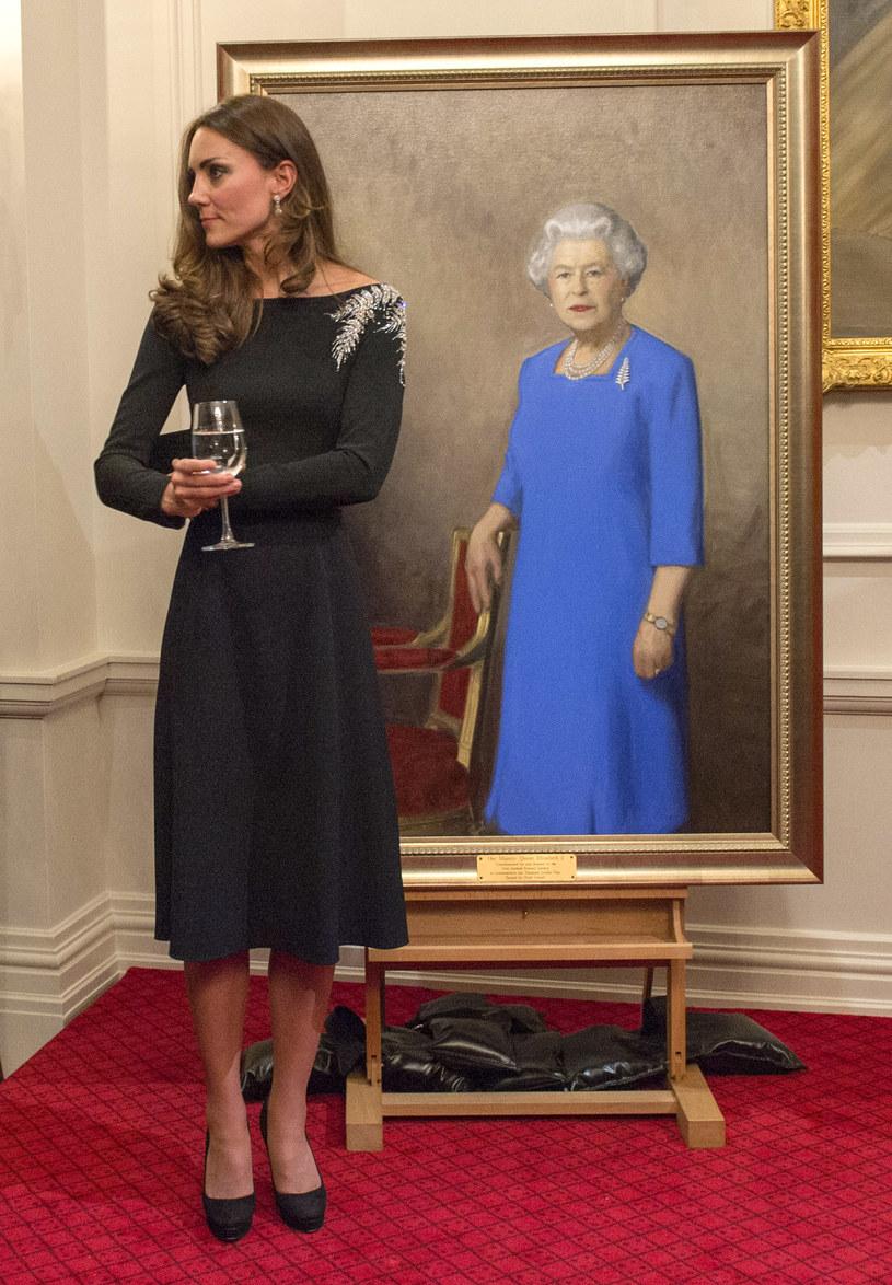 Kate przy portrecie królowej! /- /Getty Images