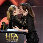 Kate Winslet i Allison Janney: Pocałunek na scenie