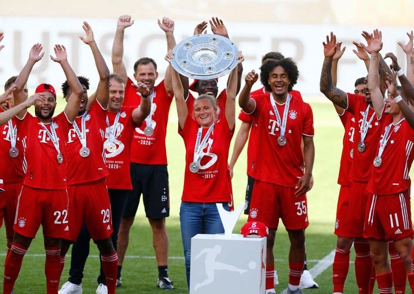 Kathleen Krueger 27 czerwca 2020 r. podniosła mistrzowską paterę po triumfie Bayernu w Bundeslidze /AFP