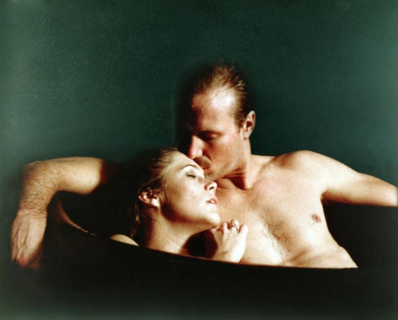 "Kathleen Turner i William Hurt w scenie z filmu ""Żar ciała"" /Credit: LADD COMPANY/WARNER BROS / Album /East News"