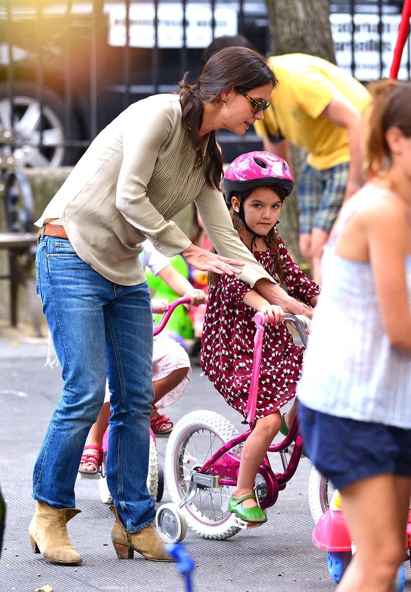 Katie Holmes uwielbia połączenie dżinsów i botków na delikatnym, trójkątnym obcasie. Zwróćcie uwagę na kolory /Getty Images