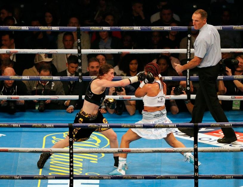 Katie Taylor (z lewej) w walce z Anahi Sanchez /AFP
