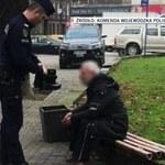 Katowice: Policjant oddał bezdomnemu własne buty