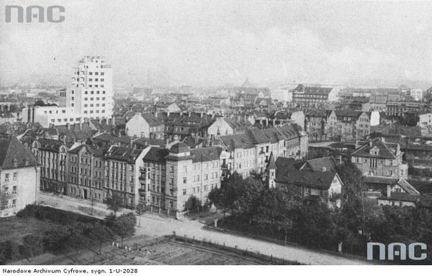 Katowice w okresie międzywojennym. Widok ogólny miasta z budynkiem Urzędu Skarbowego /Z archiwum Narodowego Archiwum Cyfrowego