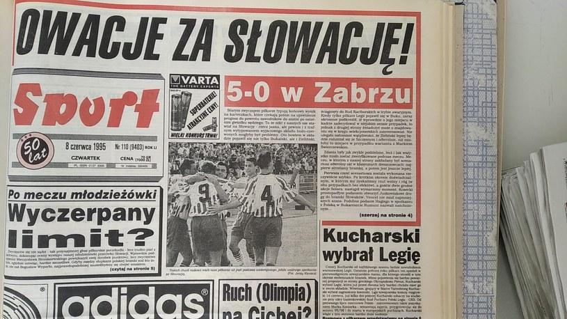 """Katowicki """"Sport"""" po wysokiej wygranej ze Słowacją w 1995 r. /"""