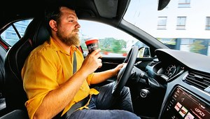 Kawa czy napój energetyczny - co jest lepsze na znużenie i senność za kierownicą?