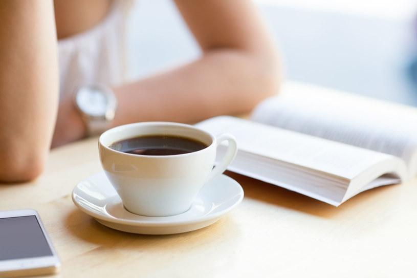 Kawa jest dla Polaków czymś ważnym - nawet, jeśli pijemy ją w pojedynkę, co praktykuje połowa respondentów /123RF/PICSEL