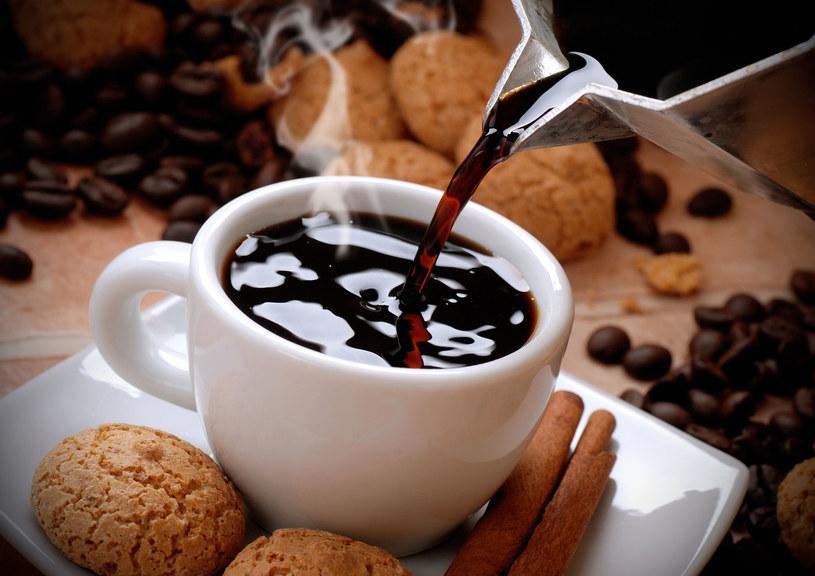 Kawa pita w nadmiernych ilościach jest szkodliwa, dlatego dobrze zastąpić ją innymi produktami /123RF/PICSEL
