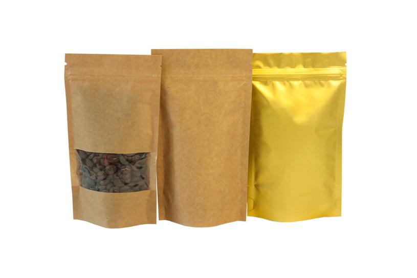 Kawa przechowywana w lodówce przejmuje zapachy od sąsiednich produktów /123RF/PICSEL