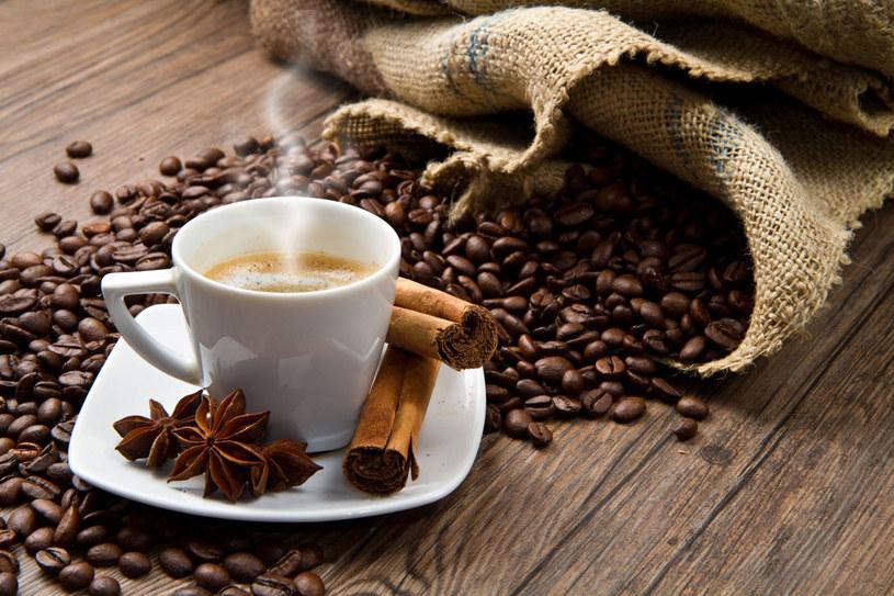 Kawa w połączeniu z nietypowymi dodatkami, takimi jak chili czy kolendra, może zwiększyć naszą odporność /123RF/PICSEL