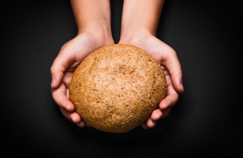 Kawałek czerstwego chleba pomoże pozbyć się małej plamy na zamszu /123RF/PICSEL