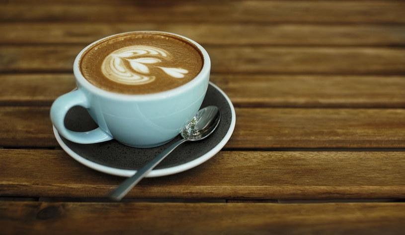 Kawę można pić z wieloma dodatkami /123RF/PICSEL