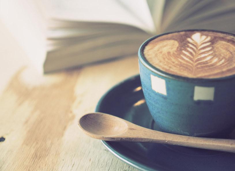Kawę z dodatkiem tłuszczu dobrze wypić przed treningiem /123RF/PICSEL