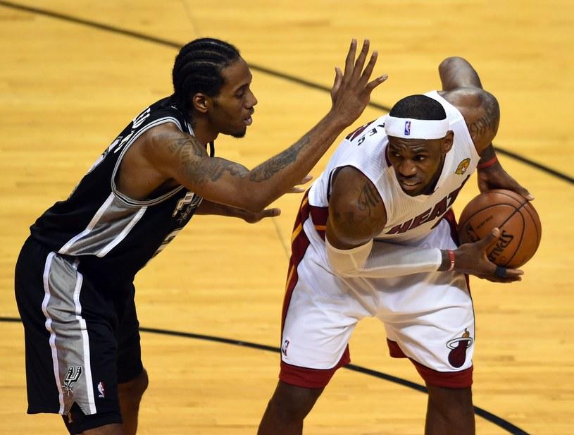 Kawhi Leonard kontra LeBron James /AFP