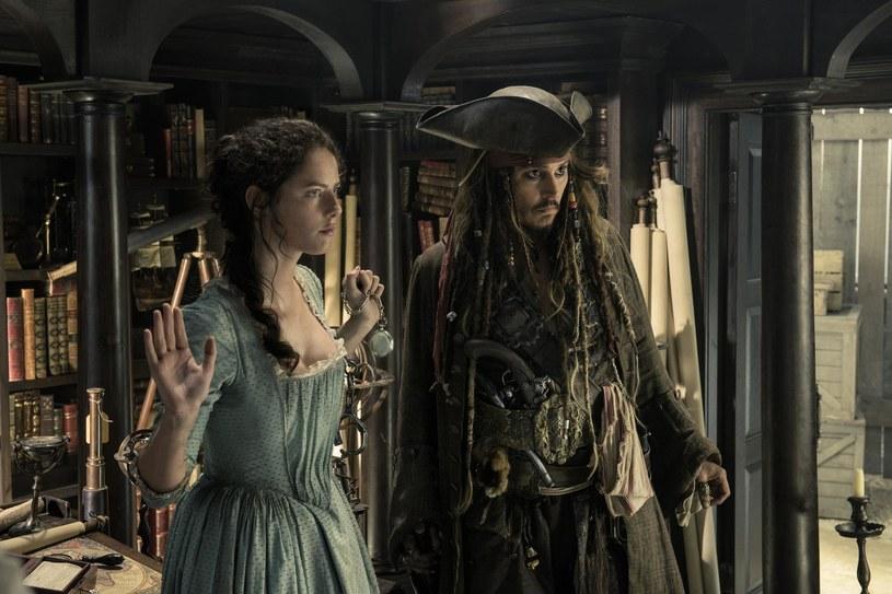 """Kaya Scodelario i Johnny Depp w scenie z filmu """"Piraci z Karaibów: Zemsta Salazara"""" /materiały dystrybutora"""
