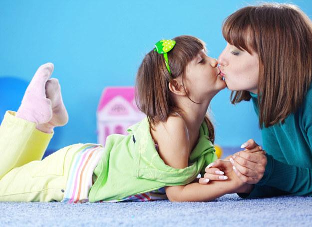 Każda mama stara się, żeby być najlepszą mamą... /123RF/PICSEL