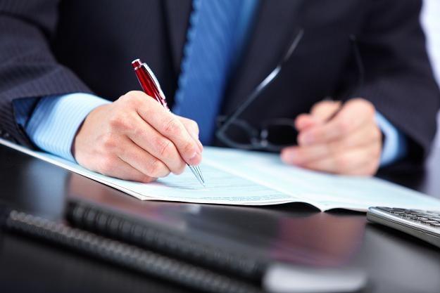 Każda nieprzeczytana umowa to potencjalne straty /©123RF/PICSEL