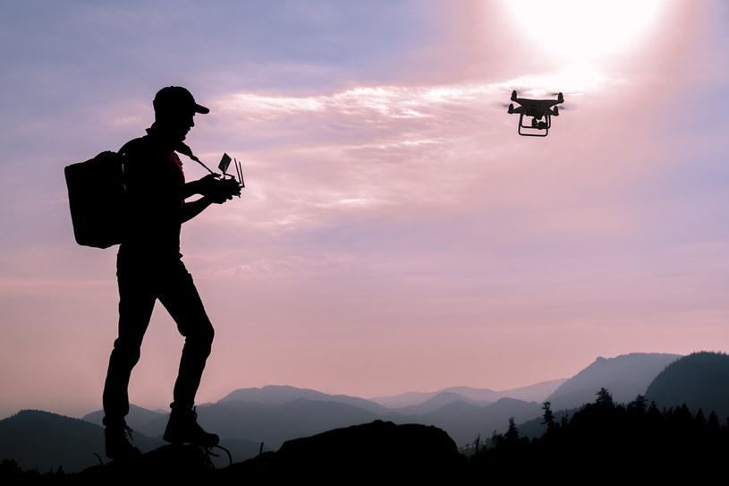 Każda osoba, która chce latać dronem o masie powyżej 250 g lub posiadającym kamerę, musi się zarejestrować, przejść szkolenie oraz zdać test /123RF/PICSEL
