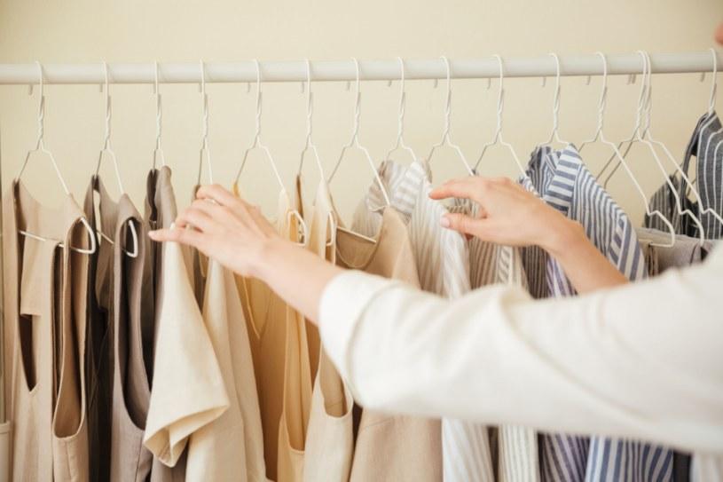 Każda z nas chciałaby uniknąć pomiętych ubrań /123RF/PICSEL