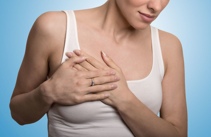 Każdą zmianę w piersi powinnaś pokazać lekarzowi /123RF/PICSEL