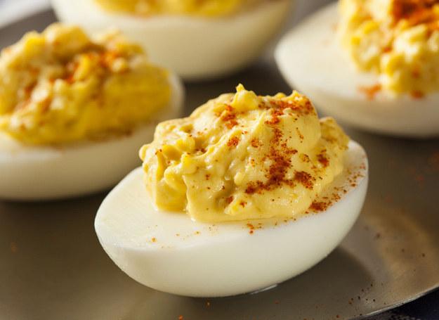 Każde jajko należy przekroić na pół, wyjąć żółtka. /123RF/PICSEL