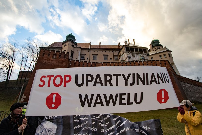 Każdego 18. dnia miesiąca protestujący zbierają się pod Wawelem, by sprzeciwić się polityce PiS /Jan Graczyński /East News