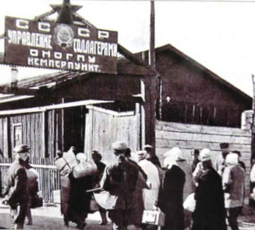 Każdego niemal dnia grupa więźniow z dużymi hakami w dłoniach zbierała z ziemi ciała tych, którzy podczas pracy padli z wycieńczenia lub zostali zabici /domena publiczna