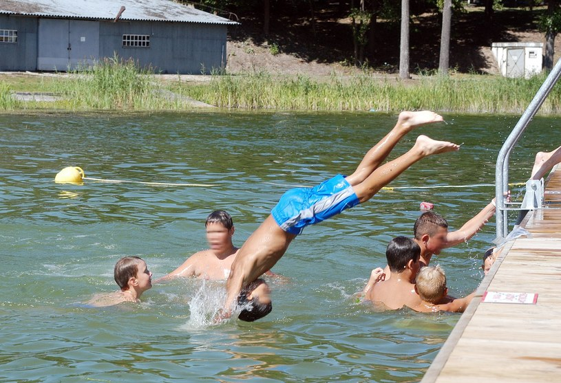 Każdego roku kilkaset osób - głównie młodych ludzi - skacze do wody i łamie kręgosłupy /Mariusz Grzelak /Reporter
