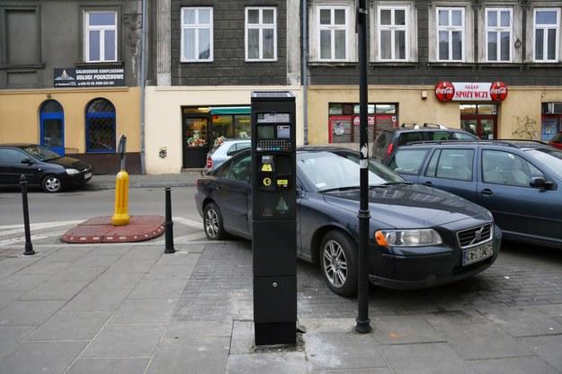 Każdorazowe powiększenie strefy płatnego parkowania - ostatnio dokonano tego po raz kolejny w Krakowie - niczego tak naprawdę nie załatwia /Fot. Beata Zawrzel /Reporter