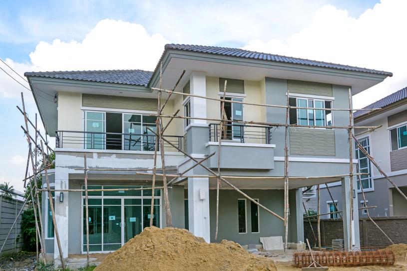 Każdy budynek mieszkalny w ciągu roku zużywa określoną ilość energii /©123RF/PICSEL