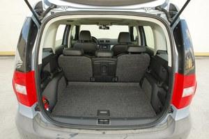 Każdy fotel składany i przesuwany. Bagażnik ma pojemność 405-1760 l. Wzdłuż boków – przydatne haki na torby z zakupami. /Motor
