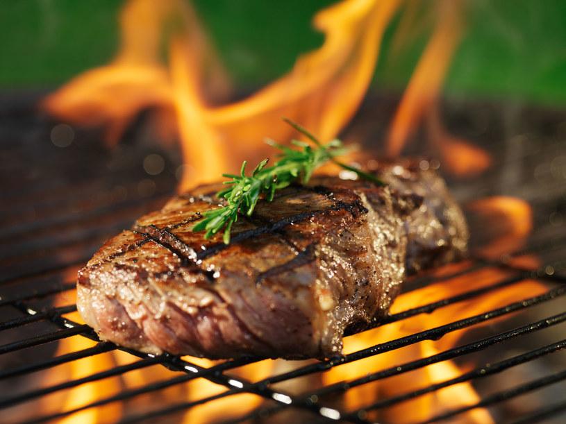Każdy mężczyzna powinien umieć upiec mięso /123RF/PICSEL