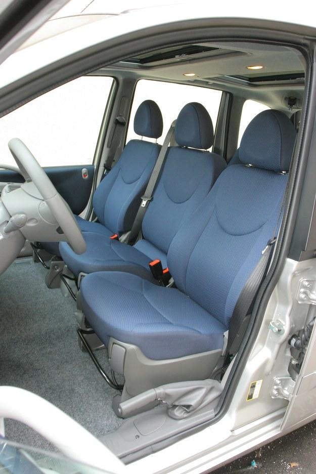 Każdy pasażer ma pas trzypunktowy. Ręczny: po lewej od kierowcy. /Motor