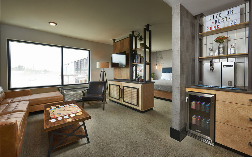 Każdy pokój w Doghouse wyposażono w barowy nalewak i lodówkę wypełnioną piwem /materiały prasowe