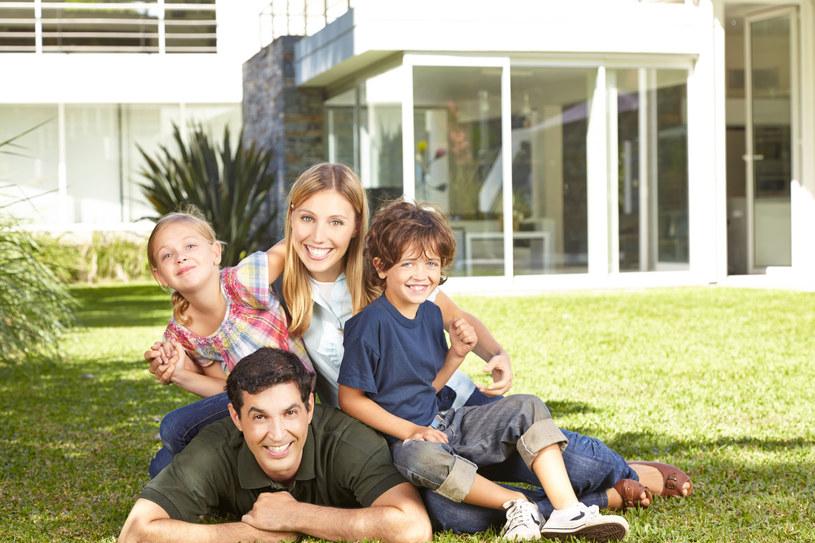 Każdy rodzic doskonale wie, że idealnym miejscem do wychowywania dzieci jest dom z ogrodem /123RF/PICSEL