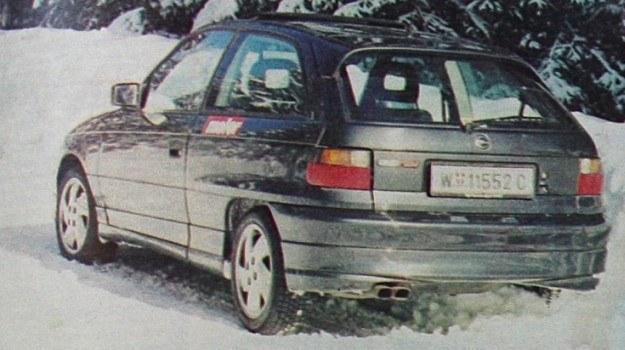 Każdy samochód tryskający nadmiarem mocy ma co najmniej dwie rury wydechowe. Astra też. Napis GSI 16V potwierdza, że nabywca przeznaczył na nią 40 a nie 20 tys. DM. /Motor