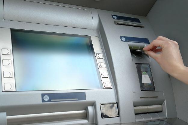 Każdy z nas może nie płacić za wypłaty pieniędzy z bankomatów /AFP