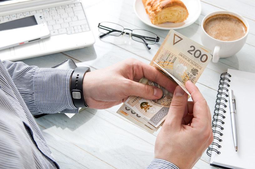 Każdy z nas zastanawia się, czy nie powinien więcej zarabiać? /123RF/PICSEL