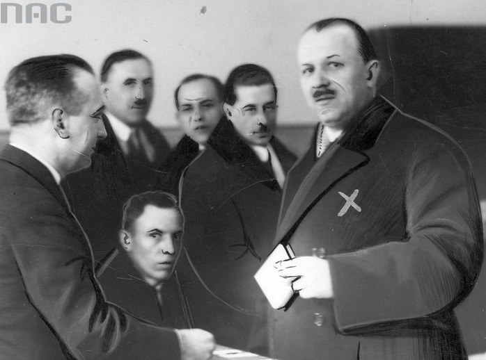 Kazimierz Bartel oddaje głos w czasie wyborów /Z archiwum Narodowego Archiwum Cyfrowego