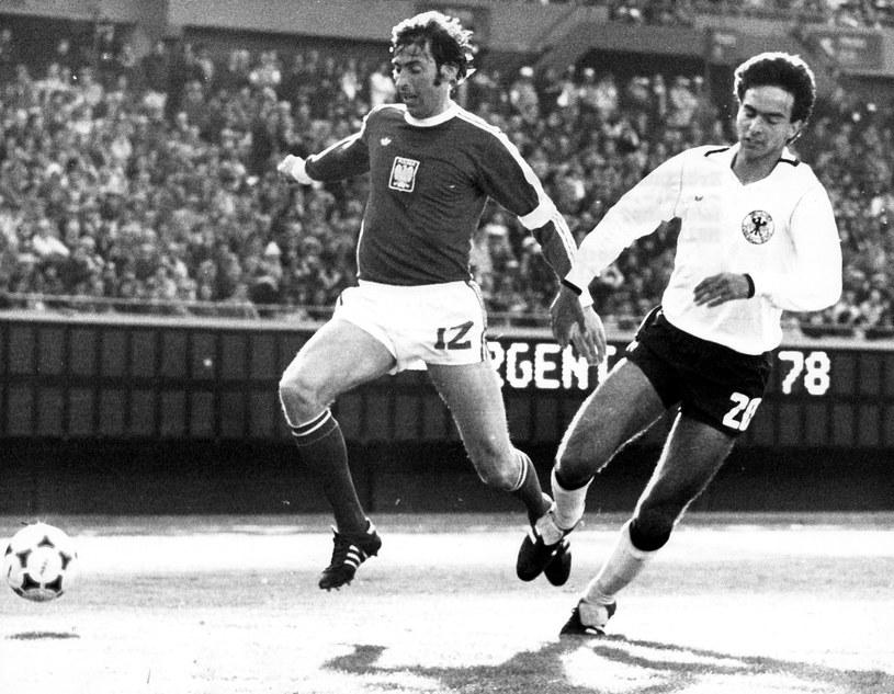 Kazimierz Deyna w walce z Hansim Muellerem z FRN podczas pierwszego meczu Orłów na mundialu w 1978 roku /Newspix