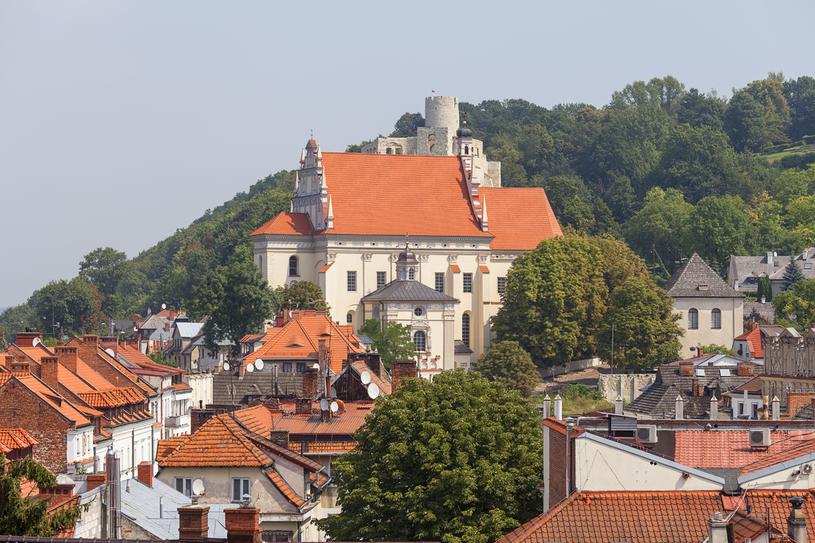 Kazimierz Dolny. Miasteczko odwiedza rocznie ponad milion turystów. Podziwiają renesansowy rynek iruiny zamku zXIV w. wzniesionego  przez Kazimierza Wielkiego /123RF/PICSEL
