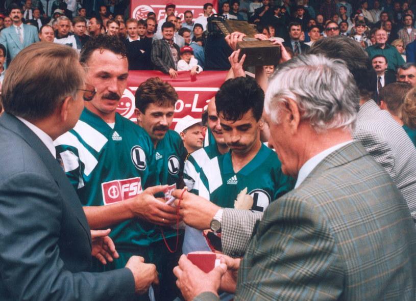 Kazimierz Górski wręcza medale piłkarzom Legii za zdobycie mistrzostwa Polski w 1994 roku /Jacek Kozioł /Newspix