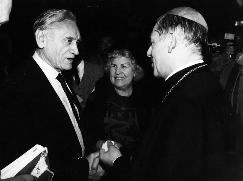 Kazimierz Górski z żoną Marią i prymasem Józefem Glempem /Fot. Marek Żochowski /Newspix