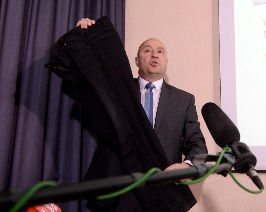 Kazimierz Greń prezentuje spodnie, które miał na sobie w dniu meczu /Bartłomiej Zborowski /PAP