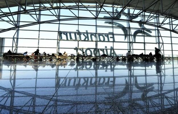 KE: każda linia lotnicza w UE ma zwrócić pieniądze za bilet lub zaoferować nowy /AFP