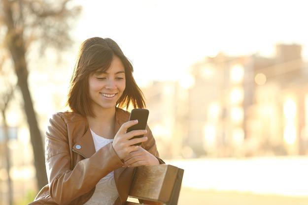 KE przygotowuje decyzję o zniesieniu opłat roamingowych od połowy 2017 r. /©123RF/PICSEL